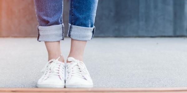 ¿Cómo combinar zapatos blancos?