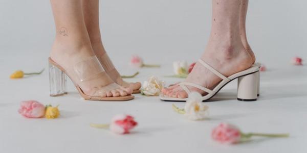 Consejos para combinar sandalias transparentes